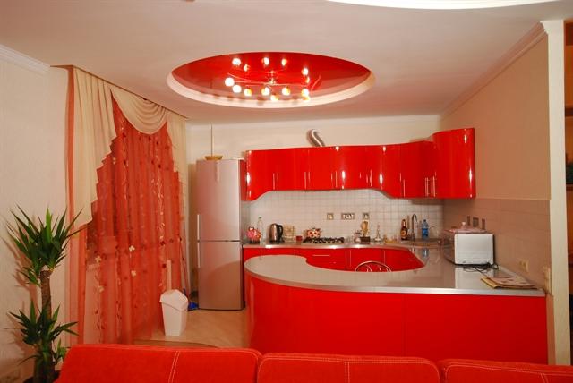 Красный натяжной потолок в кухне