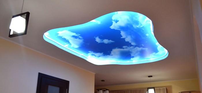 Небесный натяжной потолок в гостиной