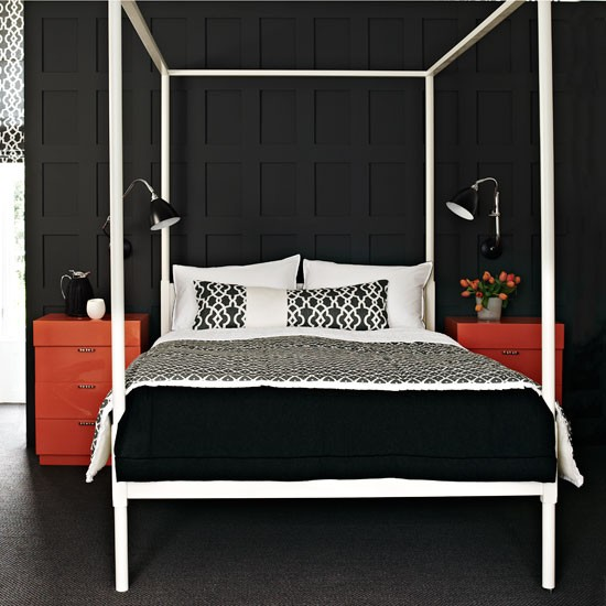 Черный натяжной потолок и оранжевая мебель