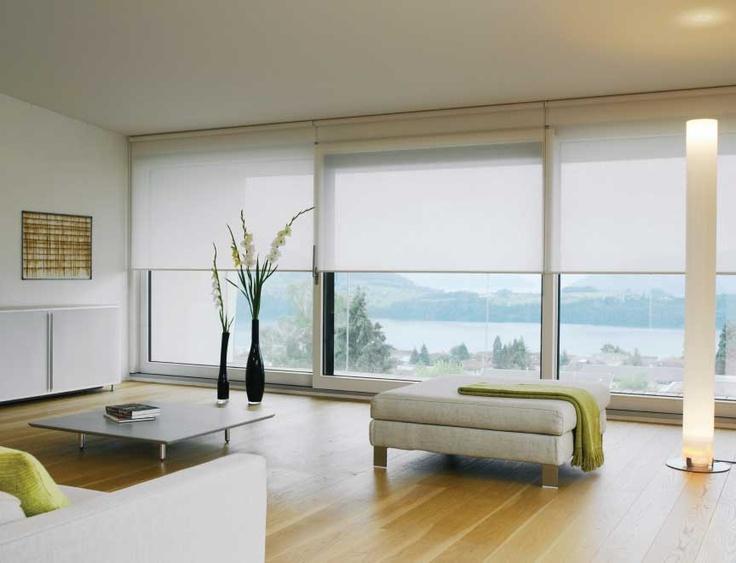 Белые рулонные шторы в интерьере модерн