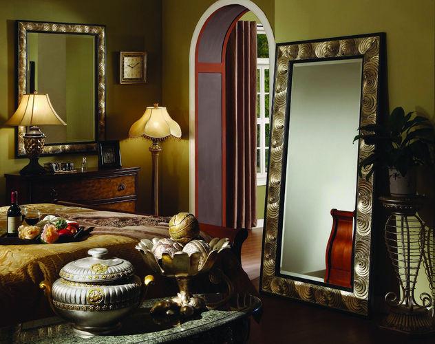 Напольное зеркало в багете для спальни