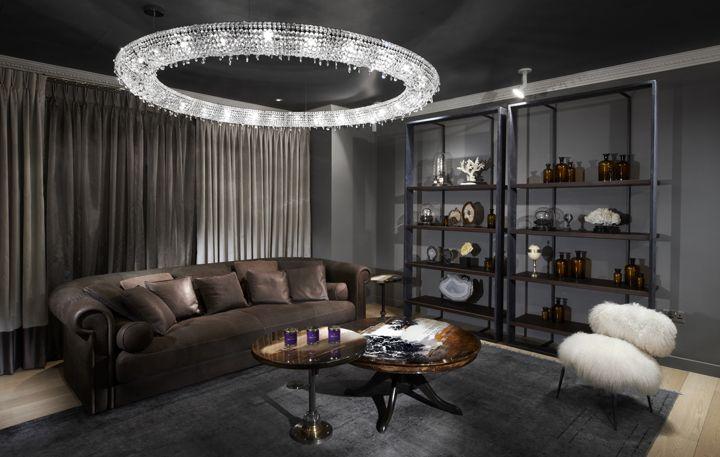 люстра в стиле модерн в гостиную над диваном